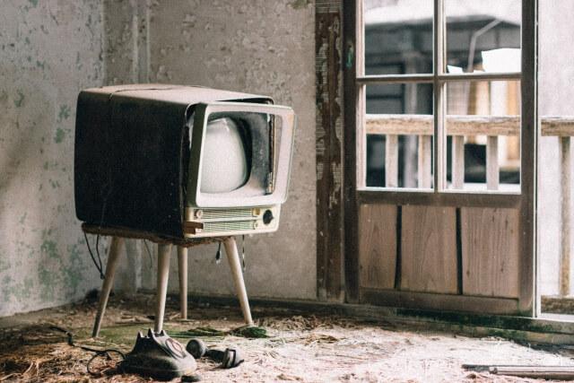廃墟のブラウン管テレビ